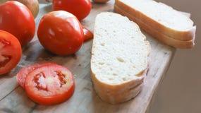 Τεμαχισμένο ψωμί και τεμαχισμένη ντομάτα Στοκ εικόνα με δικαίωμα ελεύθερης χρήσης