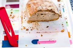 Τεμαχισμένο ψωμί σε έναν τεμαχίζοντας πίνακα Στοκ Εικόνες