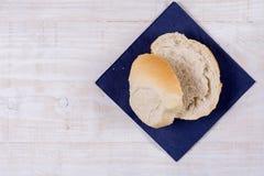 Τεμαχισμένο ψωμί στην μπλε πετσέτα πέρα από το ξύλινο υπόβαθρο Στοκ Εικόνα