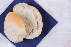 Τεμαχισμένο ψωμί στην μπλε πετσέτα πέρα από το ξύλινο υπόβαθρο Στοκ εικόνα με δικαίωμα ελεύθερης χρήσης