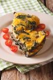 Τεμαχισμένο frittata με το σπανάκι, το τυρί τυριού Cheddar και τα μανιτάρια κοντά Στοκ Φωτογραφίες