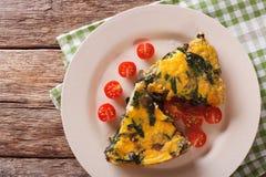 Τεμαχισμένο frittata με το σπανάκι, το τυρί τυριού Cheddar και τα μανιτάρια Hori Στοκ Φωτογραφία
