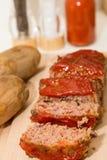 Τεμαχισμένο Meatloaf και ψημένες πατάτες στον ξύλινο πίνακα Στοκ εικόνες με δικαίωμα ελεύθερης χρήσης