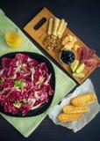 Τεμαχισμένο prosciutto με τη σαλάτα και τις φρυγανιές Στοκ Εικόνες
