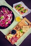 Τεμαχισμένο prosciutto με τη σαλάτα και το bruschetta Στοκ Φωτογραφία