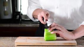Τεμαχισμός αρχιμαγείρων ή σέλινο κοπής στον τέμνοντα πίνακα φιλμ μικρού μήκους