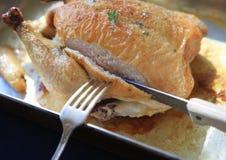 Τεμαχισμός ενός κοτόπουλου ψητού στοκ φωτογραφία με δικαίωμα ελεύθερης χρήσης