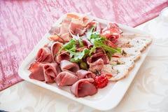 Τεμαχισμός κρέατος στο συμπόσιο στο εστιατόριο στοκ φωτογραφία με δικαίωμα ελεύθερης χρήσης