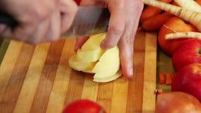 Τεμαχισμός μιας πατάτας σε έναν πίνακα απόθεμα βίντεο