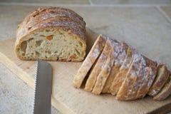 Τεμαχισμός μιας φραντζόλας του ψωμιού στοκ φωτογραφία