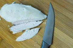 Τεμαχισμός του βρασμένου κοτόπουλου για να προετοιμάσει ποικίλα πιάτα στοκ εικόνα