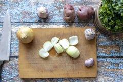 Τεμαχισμός του κρεμμυδιού για stew στοκ φωτογραφίες