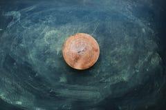 Τεμαχισμός του ξύλινου πίνακα στο σκοτεινό βρώμικο υπόβαθρο στοκ φωτογραφία με δικαίωμα ελεύθερης χρήσης