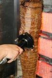 Τεμαχισμός του τουρκικού doner kebab Ηλεκτρική μηχανή κρέατος περικοπών για το shawarma kebab τεμαχισμός προσώπων κρέατ στοκ φωτογραφίες με δικαίωμα ελεύθερης χρήσης