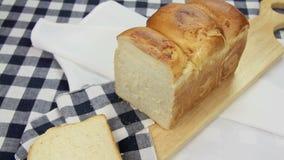 Τεμαχισμός του φλοιώδους ψωμιού 1 απόθεμα βίντεο