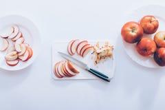 Τεμαχισμός των κόκκινων μήλων στον πίνακα κουζινών, τοπ άποψη στοκ φωτογραφία με δικαίωμα ελεύθερης χρήσης