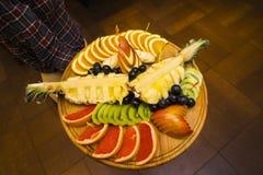 Τεμαχισμός φρούτων σε έναν δίσκο στοκ εικόνες με δικαίωμα ελεύθερης χρήσης