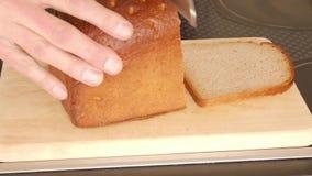 τεμαχισμός ψωμιού απόθεμα βίντεο