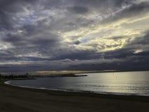 Τεμνόμενο τοπίο μεταξύ ενός νεφελώδους ουρανού και της θάλασσας στοκ φωτογραφία