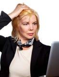 Τεντωμένη ώριμη επιχειρηματίας που κρατά το κεφάλι της στοκ φωτογραφίες