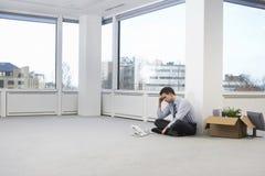Τεντωμένος επιχειρηματίας στον κενό χώρο γραφείου Στοκ Φωτογραφία