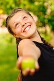 τεντώματα γέλιου κοριτσ&i Στοκ φωτογραφία με δικαίωμα ελεύθερης χρήσης