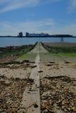 Τεντώματα μιας παλαιά συγκεκριμένα βαρκών έναρξης στη θάλασσα Στοκ εικόνα με δικαίωμα ελεύθερης χρήσης