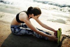 Τεντώνοντας άσκηση που εκπαιδεύει την υγιή έννοια παραλιών τρόπου ζωής στοκ εικόνες με δικαίωμα ελεύθερης χρήσης