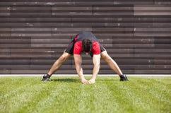 τεντώνοντας θέρμανση αθλη στοκ εικόνες