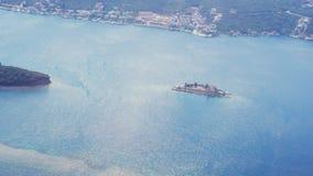 Τεράστια άποψη από το παράθυρο αεροπλάνων, του ιδιωτικού μεγάρου που περιβάλλεται θαλασσίως Ιδιωτικό νησί, πολυτελής ζωή φιλμ μικρού μήκους