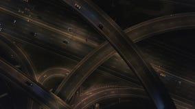 Τεράστια άποψη οδικών συνδέσεων άνωθεν Νύχτα στην ανταλλαγή αυτοκινητόδρομων 4k κεραία απόθεμα βίντεο