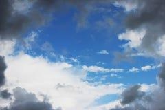 Τεράστια άσπρα σύννεφα σωρειτών ενάντια στο μπλε ουρανό την άνοιξη στοκ φωτογραφία με δικαίωμα ελεύθερης χρήσης