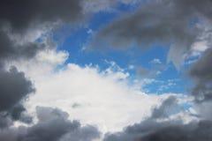 Τεράστια άσπρα σύννεφα σωρειτών ενάντια στο μπλε ουρανό την άνοιξη στοκ εικόνα