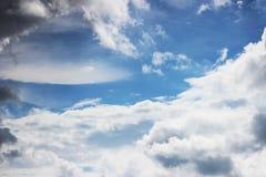 Τεράστια άσπρα σύννεφα σωρειτών ενάντια στο μπλε ουρανό την άνοιξη στοκ εικόνα με δικαίωμα ελεύθερης χρήσης