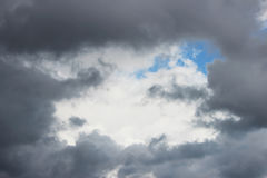 Τεράστια άσπρα σύννεφα σωρειτών ενάντια στο μπλε ουρανό την άνοιξη στοκ φωτογραφία