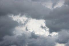 Τεράστια άσπρα σύννεφα σωρειτών ενάντια στο μπλε ουρανό την άνοιξη στοκ εικόνες με δικαίωμα ελεύθερης χρήσης