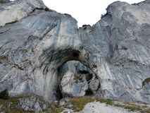 Τεράστια αψίδα ασβεστόλιθων στα βουνά Piatra Craiului Στοκ φωτογραφία με δικαίωμα ελεύθερης χρήσης