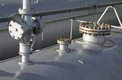 τεράστια δεξαμενή αερίου σε μια κατασκευή εργοστασίων και μια αποθήκευση του αερίου Στοκ φωτογραφία με δικαίωμα ελεύθερης χρήσης