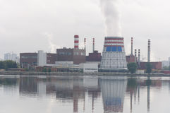 Τεράστια ηλεκτρική επόμενη λίμνη εγκαταστάσεων Στοκ φωτογραφία με δικαίωμα ελεύθερης χρήσης