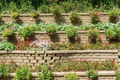 Τεράστια καταπληκτικά multistorey flowerbeds που γίνονται από τα τούβλα στοκ φωτογραφίες