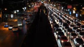 Τεράστια κυκλοφοριακή συμφόρηση χρόνος-σφάλματος Α στην πολυάσχολη λεωφόρο στη νυχτερινή ώρα κυκλοφοριακής αιχμής απόθεμα βίντεο