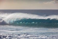Τεράστια κύματα σερφ στο ωκεάνιο κλίμα νερού Στοκ Εικόνες