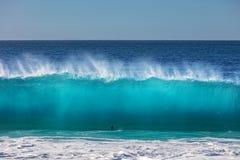 Τεράστια κύματα σερφ στο ωκεάνιο κλίμα νερού Στοκ εικόνες με δικαίωμα ελεύθερης χρήσης