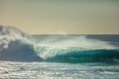 Τεράστια κύματα σερφ στο ωκεάνιο κλίμα νερού Στοκ φωτογραφία με δικαίωμα ελεύθερης χρήσης