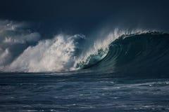 Τεράστια κύματα σερφ στο ωκεάνιο νερό κατά τη διάρκεια της θύελλας Στοκ Εικόνες