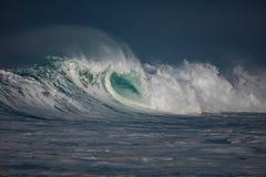 Τεράστια κύματα σερφ στο ωκεάνιο νερό κατά τη διάρκεια της θύελλας Στοκ εικόνες με δικαίωμα ελεύθερης χρήσης
