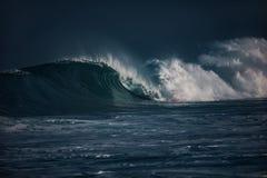 Τεράστια κύματα σερφ στο ωκεάνιο νερό κατά τη διάρκεια της θύελλας Στοκ φωτογραφία με δικαίωμα ελεύθερης χρήσης