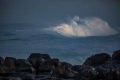 Τεράστια κύματα σερφ στο ωκεάνιο νερό κατά τη διάρκεια της θύελλας Στοκ φωτογραφίες με δικαίωμα ελεύθερης χρήσης
