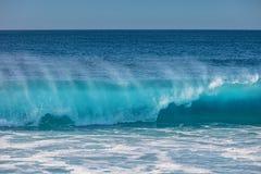 Τεράστια κύματα σερφ στο ωκεάνιο νερό Στοκ εικόνες με δικαίωμα ελεύθερης χρήσης