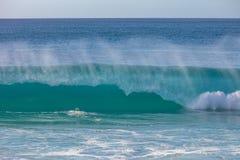 Τεράστια κύματα σερφ στο ωκεάνιο νερό Στοκ Εικόνες